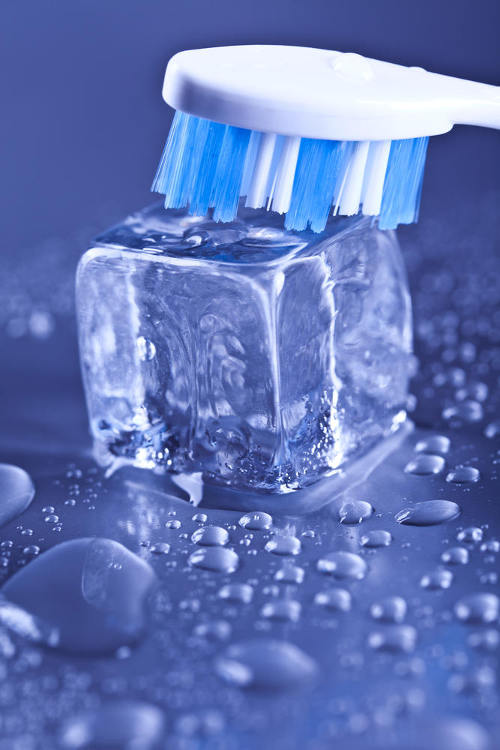 cubito de hielo y cepillo de dientes
