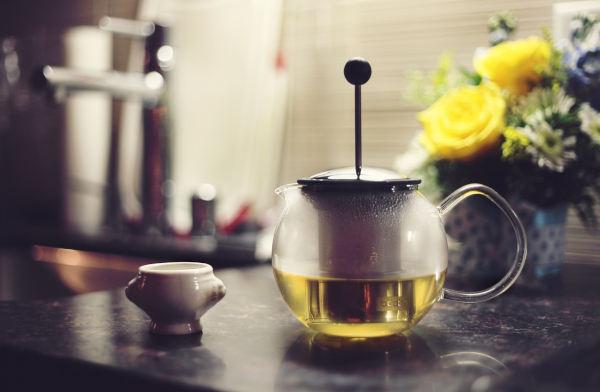 tetera con té verde con beneficios para la salud bucal